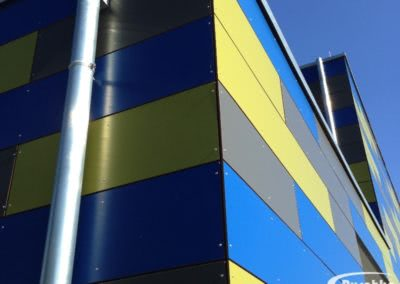 Farbig kombinierte Fassade mit Rockpanel