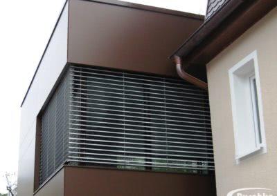 Moderne Hausfassade mit Rockpanel gestaltet