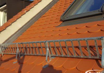Schneefanggitter auf einem Dach mit Biberschwanzziegel