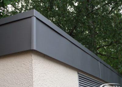 Dachrand eines Flachdaches mit vorbewittertem Titanzink verkleidet