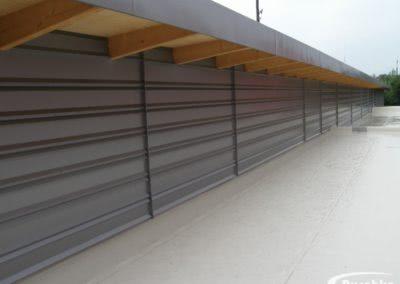Metallfassade und Dachrandverblechung an einem Einkaufsmarkt