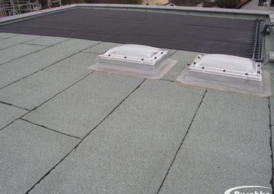 Lichtkuppeln und Solaranlage am Flachdach