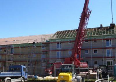 Dacheindeckung mit Dachsteinen und Autokran