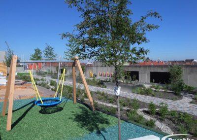 Das Flachdach wurde begrünt und Spielanlagen aufgebaut